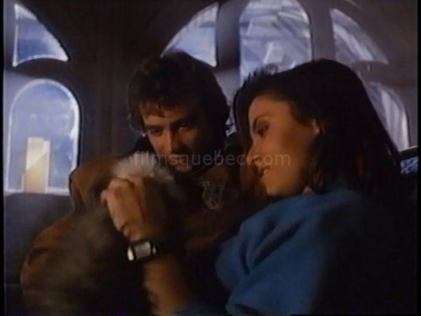 David Hewlett et Deborah Raffin dans Scanners II, the New Order de Christian Duguay (les deux jeunes amoureux taquinent un petit chiot)