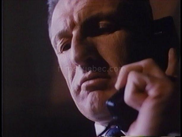 Yvan Ponton dans Scanners II, the New Order de Christian Duguay (filmé en contre-plongée, l'homme est au téléphone, l'air menaçant)