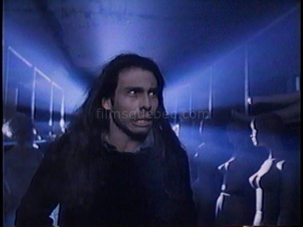 Raoul Trujillo dans Scanners II, the New Order de Christian Duguay (l'homme déambule, hagard, dans un entrepôt de mannequins en plastique)