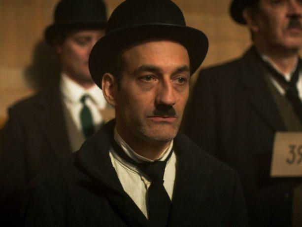 Martin Dubreuil dans La grande noirceur de Maxime Giroux (photo prise de face en costume de Charlie Chaplin)
