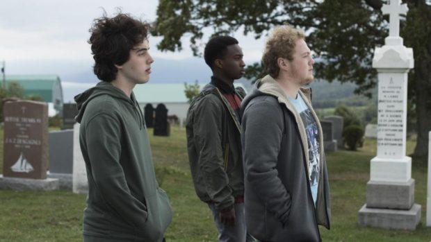 De gauche à droite Etienne Galloy, Madani Tall et Will Murphy dans Avant qu'on explose de Rémi St-Michel (dans le cimetière, les trois garçons regadent au loin)