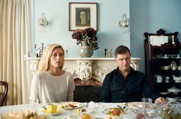 Evelyne Brochu et François Papineau dans CA$SH NEXU$ (les deux comédiens sont atablés, et regardent fixement, droit devant eux)