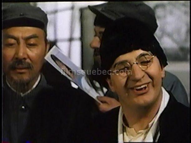 Benoit Brière (Frédo) dans Angelo, Frédo et Roméo de Pierre Plante (le comédien incarne un chnois qui fait la grimace)
