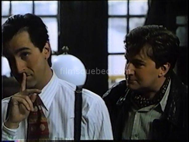 Martin Drainville (Angélo), Benoit Brière (Frédo) discutent entre eux. Angélo est pensif. Serait-il en train de se faire fourrer?