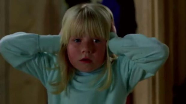 Cindy Hinds est la petite Candice dans The Brood de David Cronenberg (la fillette se masque les oreilles pour ne pas entendre les hurlements de terreur des monstres)