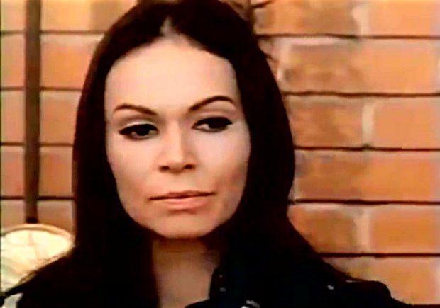 Image extraite du film Deux femmes en or (Claude Fournier, 1970) - Fernande Turcot (Monique Mercure) bien décidée à ne pas rester à rien faire à la maison - Image écran ©filmsquebec.com