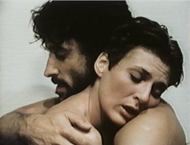 Image extraite du film Vie d'Ange montrant Pierre Harel et Paule Baillargeon entrelacés. (Source image : collection personnelle)