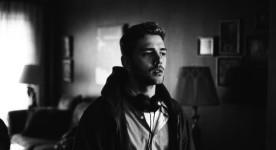 Imge en noir et blanc de Xavier Dolan sur le tournage de Mommy (photo Shayne Laverdière)