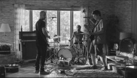 Image de Marc-André Grondin et son band dans Tu dors Nicole (©Sara Mishara)
