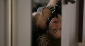 Shannon Lark en fâcheuse posture dans Dys- de Maude Michaud (©Quirk Films)