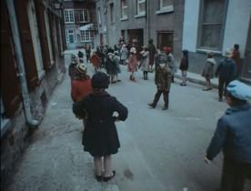 Documentaire de Gilles Groulx intitulé Québec... ? - Enfants jouant dans une rue étroite de la vieille capitale (collection personnelle)