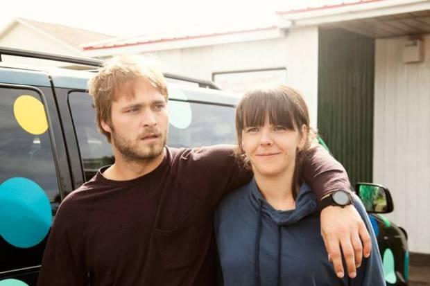 Maxime Dumontier et Joëlle Paré-Beaulieu dans Qu'est-ce Qu'on Fait Ici (©Films 53/12)