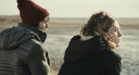 Image extraite du film Les loups (Sophie Deraspe) - Nadine & Élie - Cindy-Mae Arsenault & Evelyne Brochu
