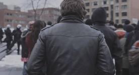 Alexandre Landry de dos dans L'amour au temps de la guerre civile
