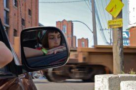 Marche avec moi (Laurence Ly) - Clara dans le rétroviseur - ©Productions VOI