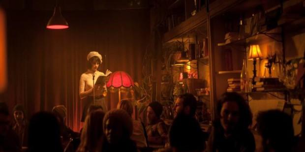Photo promotionnelle du film Gurov & Anna (Sophie Desmarais lecture devant groupe) ©Fabrice Gaëtan Photographe(r)