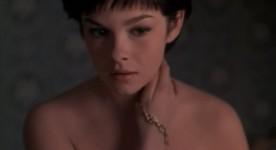 Geneviève Bujold dans le film Isabel. Image tirée du film dans lquelle, le jeune femme se caresse le cou.