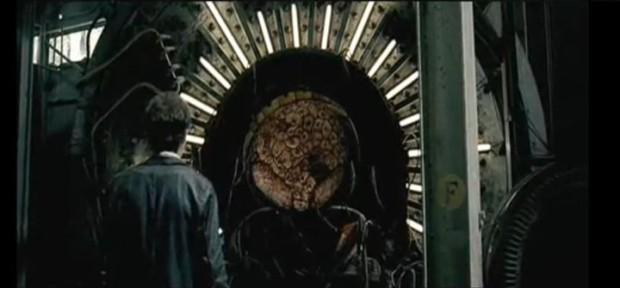 Capture d'écran montrant François Chénier et le cerveau dans Saints-Martyrs-des-Damnés de Robin Aubert (2005 - Max Films / Films Christal)