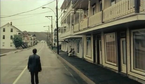 Capture d'écran montrant François Chénier dans le village de Saints-Martyrs-des-Damnés. Film de Robin Aubert (2005 - Max Films / Films Christal)