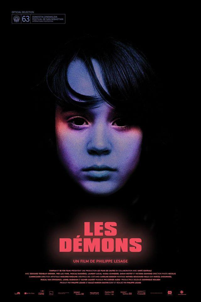 Affiche officielle du film Les démons (Philippe Lesage). Sur fond noir, un visage d'enfant se dessine en reflets bleus et rouges. Le titre du film apparaît en rouge en dessous.