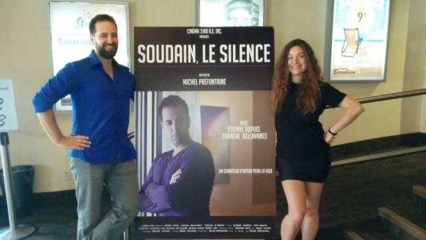 Étienne Dupuis et Chantal Bellavance au cinéma Beaubien devant l'affiche du film Soudain, le silence