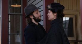 Photo officielle de Caroline Dhavernas et Francis Ducharme dans une scène du film Chasse Galerie (courtoisie eOne)