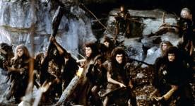 Image extraite du film La guerre du feu dans laquelle on voit un groupe d'homo sapiens dans une caverne.