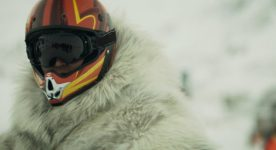 Image extraite du film Two Lovers and a Bear : on y voit un conducteur de Skidoo avec son casque - (Crédit Max Films)