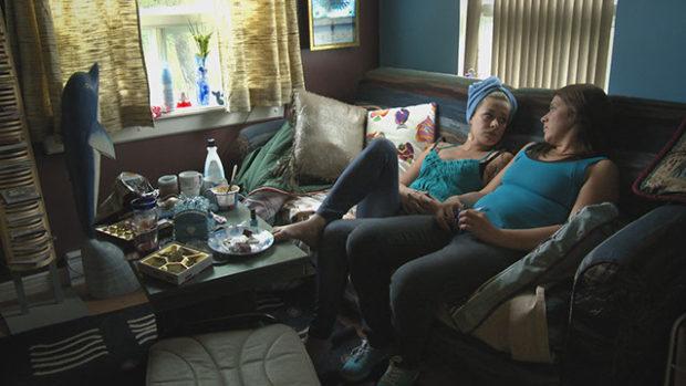 Image des personnages de Jessie et Annick qui se découvrent des affinités dans le film Écartée de Lawrence Côté-Collins