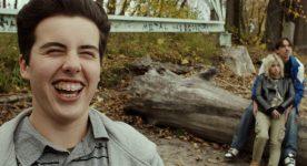 Image du comédien Étienne Galloy riant toutes broches au vent dans le film Prankl! de Vincent Biron