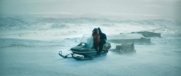 Tatiana Maslany et Photo officielle du film Two Lovers and a Bear Dane DeHaan sont sur un Skidoo / Crédit Photo: MaxFilms