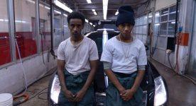 Photo des jeunes comédiens Hakeem (Nabil Rajo) et A-Mac (Jahmil French) dans une scène du film Boost de Darren Curtis