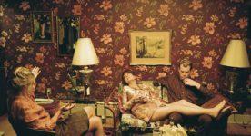 Image extraite du film The Death And Life Of John F. Donovan de Xavier Dolan (salon kitsch avec personnes) - En salles à la fin de 2017 - Crédit Shayne Laverdière