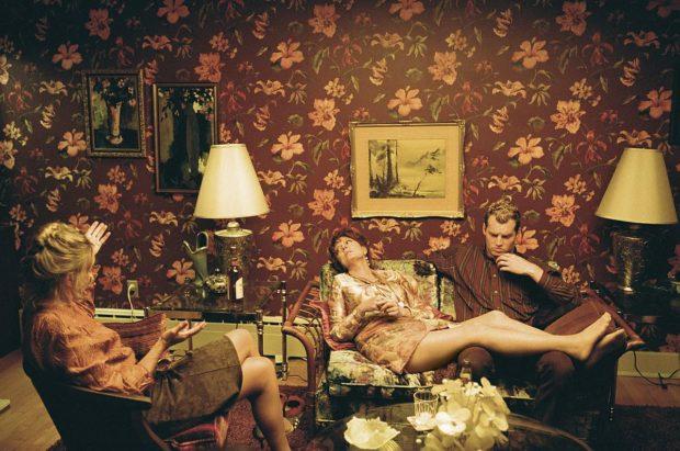 Image extraite du film The Death And Life Of John F. Donovan de Xavier Dolan (salon kitsch avec personnes) - Crédit Shayne Laverdière