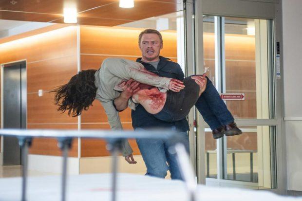 Image extraite du film Radius de Caroline Labrèche et Steeve Léonard (Liam et Jane blessée) - Crédit Thomas Fricke