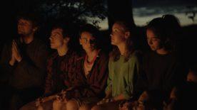 Image extraite de Genèse de Philippe Lesage - on y voit un groupe de jeunes gens, la nuit (Copyright L'Unité centrale)