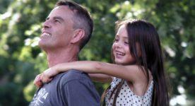 Le père (joué par Laurent Lucas) et sa fillette (incarnée par Natacha Mitrani) dans Après coup de Noël Mitrani