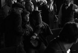 Marine Johnson (la fille) et les villageois dans La petite fille qui aimait trop les allumettes de Simon Lavoie (©GPA Films)