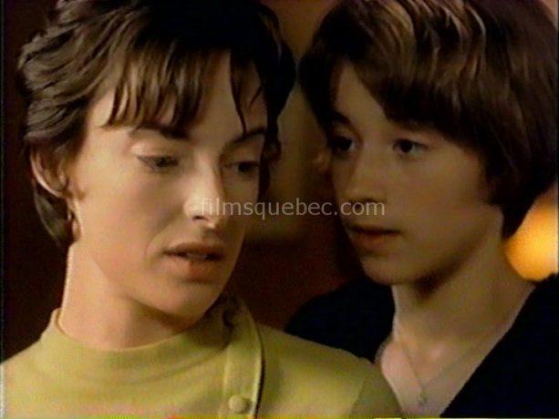Image des comédiennes Karine Vanasse et Pascale Bussières dans un extrait du film Emporte-moi de Léa Pool - Sur la photos, on voit les deux femmes en pleine confidence.