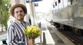 Jean-Carl Boucher dans 1991 de Ricardo Trogi (il tient un bouquet sur le quai de la gare)