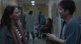 Pierre-Luc Lafontaine et Fanny Mallette dans L'amour de Marc Bisaillon (dans un corridor d'hôpital, les deux comédiens se dévisagent)