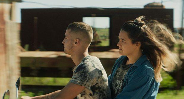 Arlen Aguayo Stewart (d.) dans Les routes en février de Katherine Jerkovic (ja jeune femme est sur le siège arrière d'une moto conduite par un jeune homme)