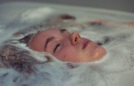 Émilie Bierre dans Une colonie (la jeune fille est dans son bain. On ne lui voit que la tête, restée hors de l'eau)