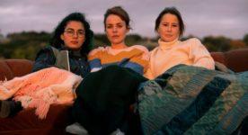 Mounia Zahzam (g.), Noémie O'Farrell (c.), et Juliette Gosselin (d.): trois amies en quête de reconnaissance à l'ère de l'amitié 2.0 - Fabuleuses de Mélanie Charbonneau