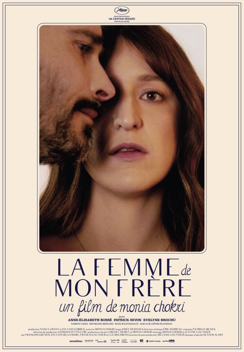 Affiche québécoise du film La femme de mon frère de Monia Chokri (les deux personnages principaux sont en gros plans sur la photo, elle de face, lui de profil)
