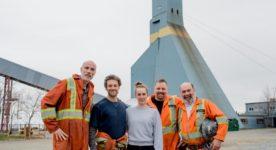 Image pré-tournage du film Souterrain de Sophie Dupuis (la réalisatrice et quatre de ses comédiens habillés posent devant un puits de forage)
