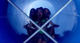 Image extraite de la pré bande annonce du film Aquaslash de Renaud Gauthier (une glissage d'eau, des jeunes filles et devant elles, des lames bien acérées)