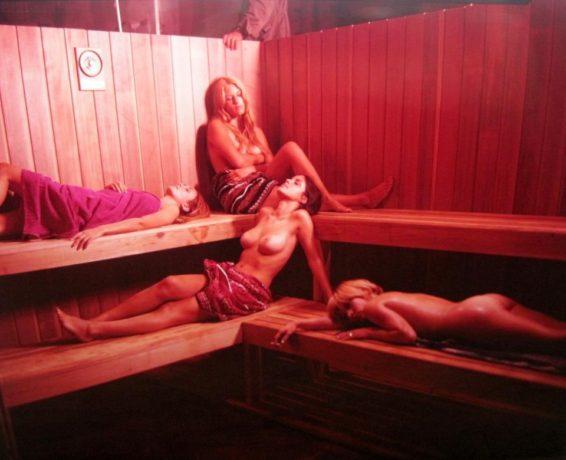 L'initiation (Denis Héroux) - Quatre filles dans un sauna (Source image: Cinépix)