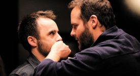 Louis-José Houde et Antoine Bertrand dans Menteur d'Émile Gaudreault (Antoine Bertrand met la main sur la bouche de Louis-José Houde)