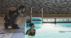 Pascal Plante et Katerine Savard sur le tournage de Nadia Butterfly (le réalisateur donne des indications à la nageuse qui est dans la piscine)